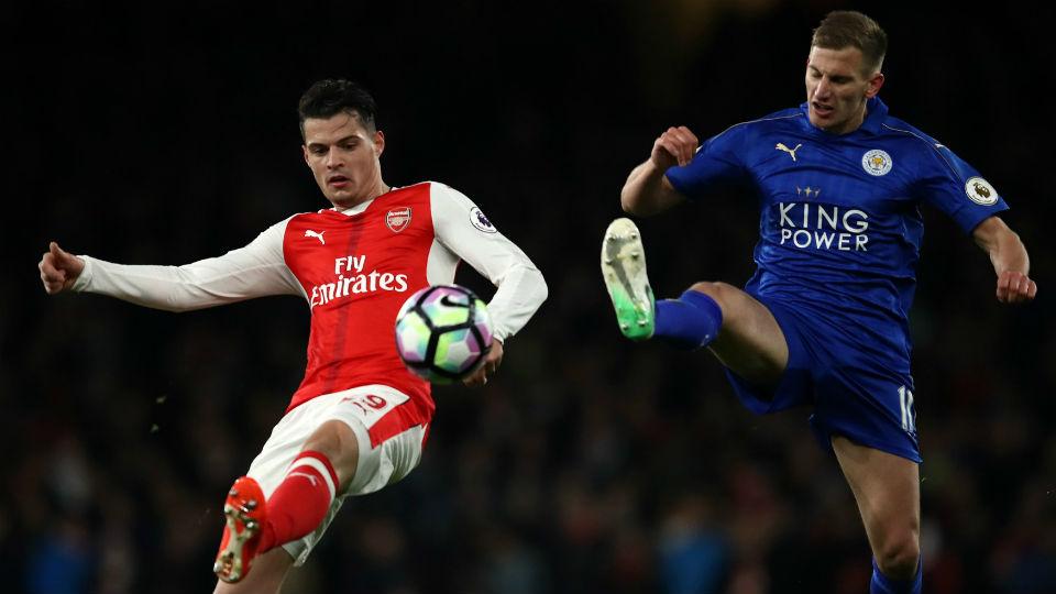 Granit Xhaka yang sedang berduel dengan peain Leicester City